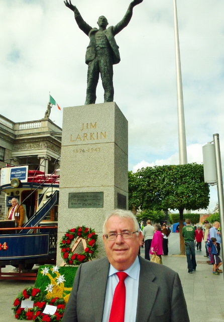 Joe Costello TD, Minister for Trade & Development at Jim Larkin statue Photo: © Michael Fisher (NUJ)